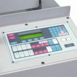 Particolare costruttivo del pannello di controllo a CNC programmabile nelle varie funzioni operative, montato sulle troncatrici automatiche con avanzatore serie BS-CNC Imet